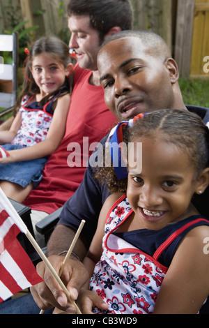 Deux jeunes filles avec les papas au 4 juillet cookout Banque D'Images