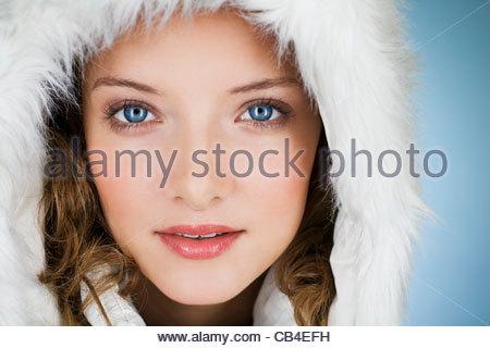 Une jeune femme portant un manteau d'hiver avec un capuchon de fourrure, close-up Banque D'Images