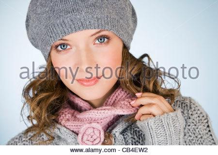 Portrait d'une jeune femme portant un bonnet de laine gris, smiling Banque D'Images