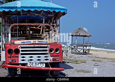 Bienvenue à 'Thaïlande' signe sur un véhicule rouille abandonnés sur la plage. S. E. l'Asie Banque D'Images