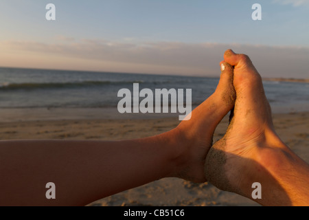 Man and girl pieds ensemble on beach Banque D'Images
