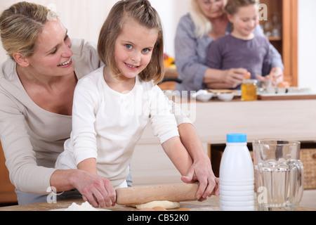 Les petites filles et leurs mamans faire des gâteaux Banque D'Images