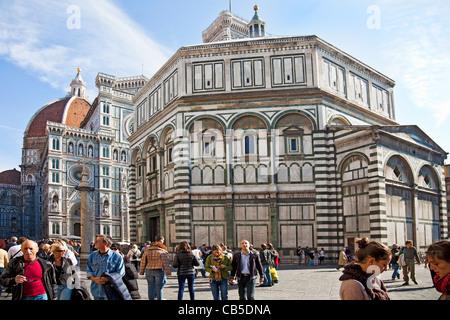 Les touristes et les habitants à l'extérieur du Baptistère de San Giovanni, baptistère de Saint Jean, dans le centre Banque D'Images