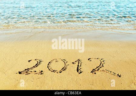 Nouvelle année approche concept - l'inscription '2012' sur une plage de sable Banque D'Images
