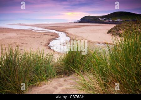 Le crépuscule sur la plage de sable de Croyde, North Devon, England, UK à vers Baggy Point. Lundy Island est à l'horizon. Banque D'Images