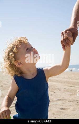 21 mois boy on beach, Santa Monica, Los Angeles, Californie, USA (MR) Banque D'Images