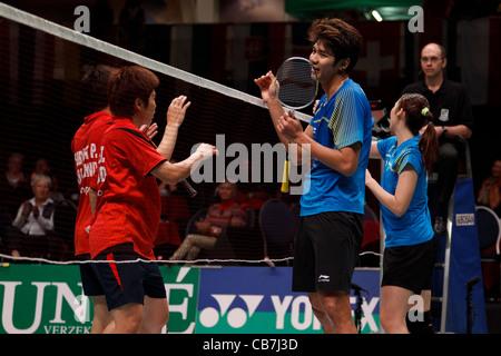 Les joueurs de badminton se serrer la main après avoir joué à la finale de la double mixte.
