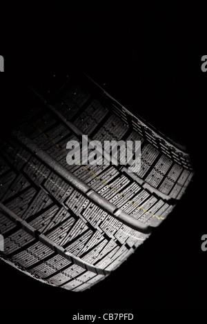Partie d'un pneu de voiture non utilisés. Composition verticale. Banque D'Images