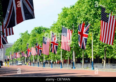 Stars & Stripes drapeau Américain & Union pavillon du Royaume-Uni battant de mâts dans le Mall de Londres pour visiter Banque D'Images