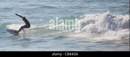 Surfer une vague à Cornwall