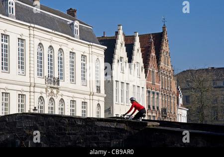 Cycliste féminine sur Pont sur canal Spiegelrei, Bruges, Belgique, Europe centrale. Banque D'Images