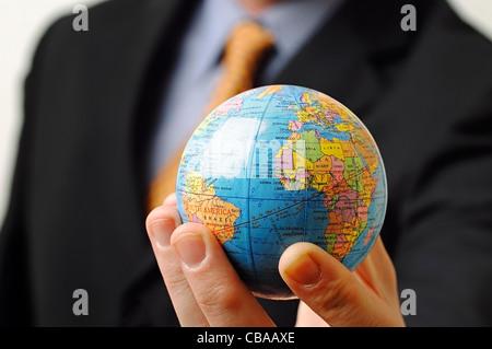 Businessman Holding a Globe dans sa main, Close Up.