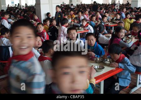 Midi à l'école primaire de Huaxi, Village de Huaxi, Jiangsu, Chine Banque D'Images