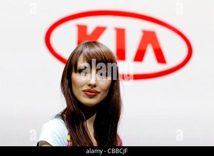 Le modèle sur le stand Kia 2011 Geneva Motor Show à Genève, Suisse, le mardi 1er mars 2011. (CTK Photo/Rene Fluger) Banque D'Images