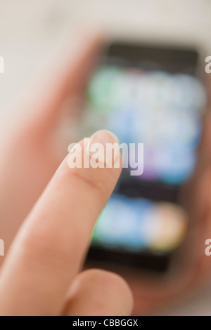 Close up of woman using cell phone Banque D'Images