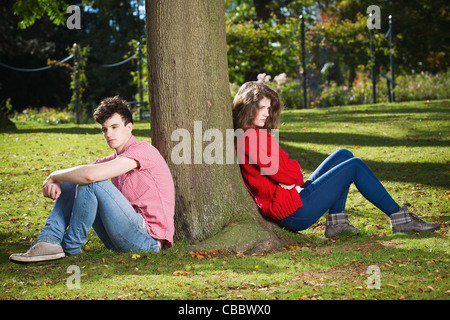 Teenage couple arguing in park Banque D'Images