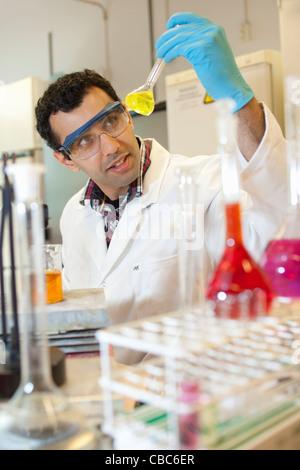 Scientist examining liquid in beaker Banque D'Images