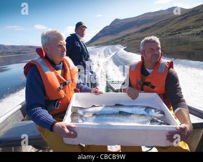 Les pêcheurs avec prises de la journée sur le bateau Banque D'Images