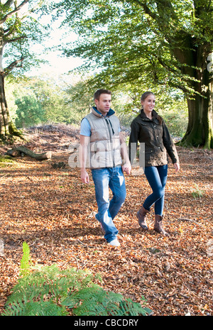 Couple holding hands in park Banque D'Images