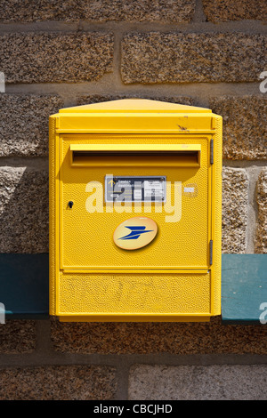 Post box sur un mur en France Banque D'Images