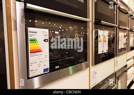 Cote d'efficacité énergétique sur les fours électriques en magasin UK Banque D'Images
