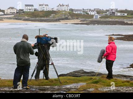 UK BBC live news reporter et l'équipage de l'appareil photo avec un coup de vent sur coup de vent sur la côte ouest Banque D'Images