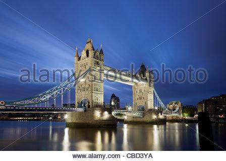 Tower Bridge à Londres lit up at night Banque D'Images