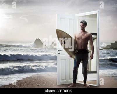 L'homme sortant de la plage porte sur Banque D'Images