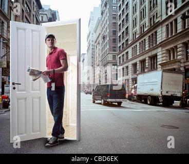 L'homme sortant de la rue de la ville porte sur Banque D'Images
