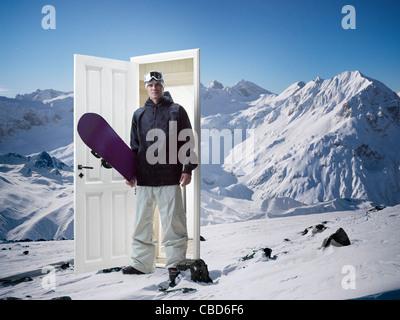 L'homme sortant de la montagne porte sur Banque D'Images