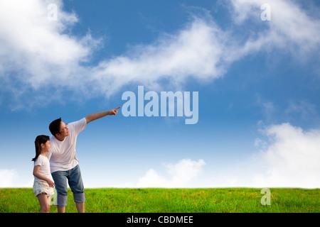 Père et petite fille sur la pelouse Banque D'Images