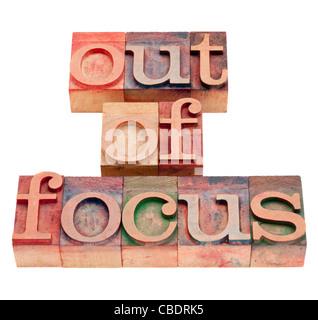 Out of focus - phrase isolée en bois blocs typographie vintage Banque D'Images