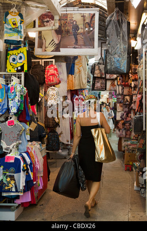 Shopper à Stanley Market, Hong Kong, Chine Banque D'Images