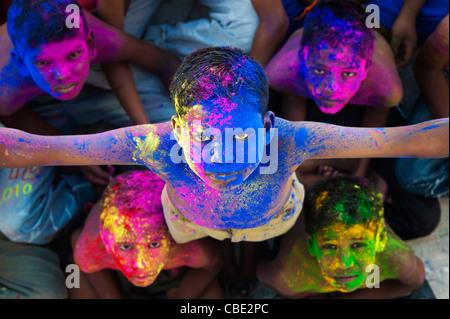 Les jeunes garçons indiens couverts de poudre de couleur pigment Banque D'Images