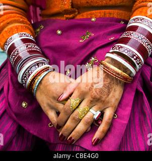 Un Indien Punjabi mariée montrant sa main de décorations. Banque D'Images
