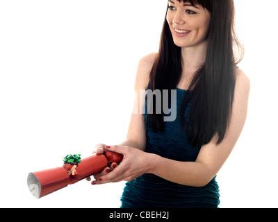 Young woman holding christmas cracker modèle publié.