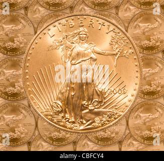 Les pièces d'une once d'Aigle d'or dans un des produits et de l'empiler sur chaque ligne d'une liberté coin en haut