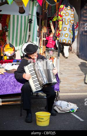 Marché victorien, Louth Lincolnshire, Angleterre vieux musicien homme jouant de l'accordéon en chapeau melon avec Banque D'Images