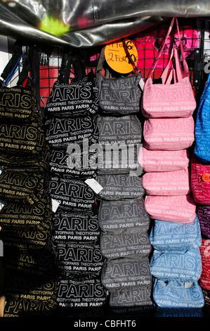 Tourisme de Paris sacs à main colorés à vendre à Paris Banque D'Images