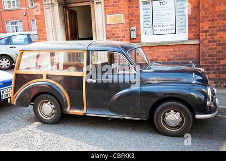 Marché victorien, Louth Lincolnshire, Angleterre ancienne morris minor voiture garée toujours sur route Banque D'Images