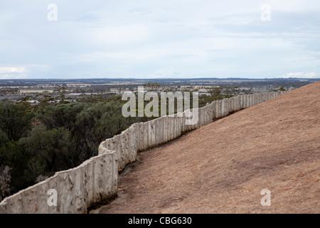 Le mur de barrage de l'eau sur le dessus de la vague 'Rock', Hyden, Australie occidentale, WA Banque D'Images