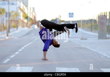 Breakdancer John Lartey effectue dans la rue Banque D'Images