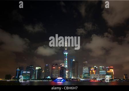 Chine Shanghai skyline financière vue sur la rivière Huangpu du Bund Banque D'Images