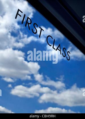 Voyages en première classe signer sur la fenêtre de fer Pullman train avec l'infini ciel bleu et nuages derrière Banque D'Images
