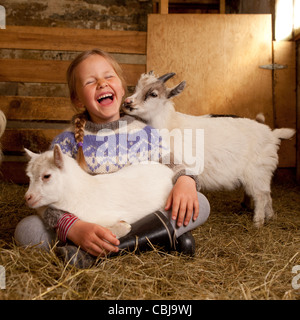 Holidng fille kid Goat Goat Farm, Islande Banque D'Images