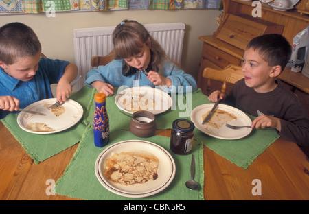 Trois enfants de manger des crêpes qu'ils ont fait (série) Banque D'Images