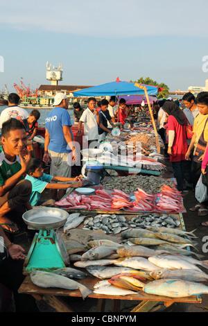 Des fruits de mer à vendre à Kota Kinabalu waterfront marché traditionnel. Banque D'Images