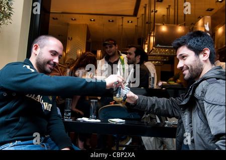 Les Athéniens ayant avoir pause café dans les cafés de rue Skoufa dans de Kolonaki d'Athènes Banque D'Images