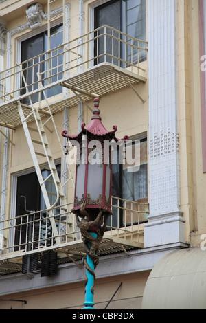 Lampadaire orné, Chinatown, le quartier chinois, San Francisco, California, USA Banque D'Images