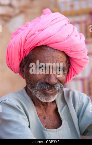 L'homme indien avec turban Rajasthani traditionnelle à Narlai village de Rajasthan, Inde du Nord Banque D'Images